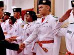 tribun-kalteng-presiden-joko-widodo-dengan-anggota-paskibraka_20180817_132326.jpg