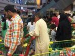 tribun-kalteng-warga-qatar-menyerbu-supermarket_20170612_111435.jpg
