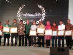 tribunkalteng-banjarmasin-post-group-saat-menerima-penghargaan-nasional_20171028_120044.jpg