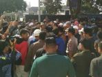 tribunkalteng-massa-di-halaman-parkir-dprd-kabupaten-karawang_20180522_201425.jpg