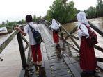 tribunkalteng-sekolah-lewat-jembatan-miring.jpg