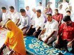 tribunkalteng-wanita-jadi-imam-shalat_20180129_081216.jpg