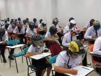 tribunkaltengcom-mahasiswa-pakai-helm-di-dalam-kelas.jpg