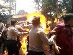 tribunkaltengcom-polisi-terbakar-kawal-demo-di-cianjur.jpg