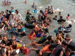 tribunkaltengcom-tradisi-mandi-safar-di-sungai-mentaya.jpg