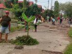 warga-jalan-manjuhan-kamis-732019-menanam-pohon-pisang-di-jalan.jpg