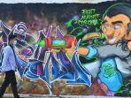 warga-melintas-di-depan-mural-bertuliskan-fight-against-corona-atau-bertarung.jpg
