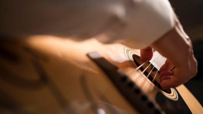 8 Lirik Lagu Populer 2020 & Chord Dasar Termudah Cocok Untuk Pemula, Selalu Sabar, Awas Jatuh Cinta