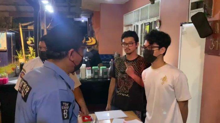 Aparat Imbau Prokes di Satu Kafe, Pemuda Samarinda Ini Acungkan Jari Tengah ke Petugas