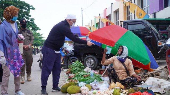Pantau Pasar Tradisional, Wabup Agus Tamtomo Wajibkan Pedagang dan Pembeli Pakai Masker