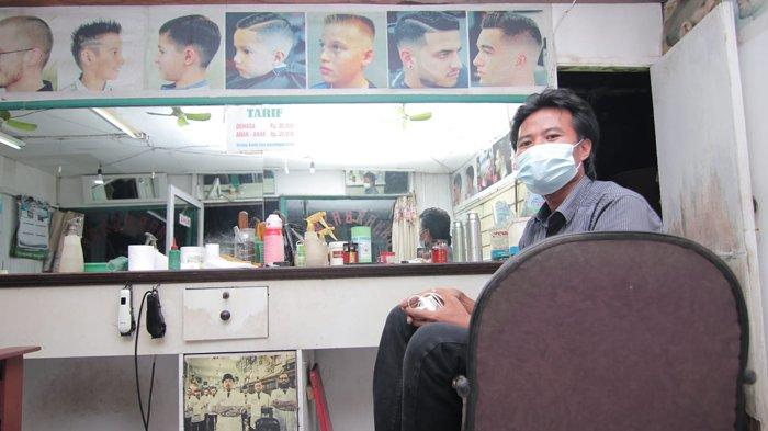 Ahmad Muhyiddin (35) saat ditemui di Pangkas Rambut Trunojoyo miliknya di kawasan Jl Sungai Ampal, Kelurahan Sumberejo, Balikpapan Tengah, Kota Balikpapan, Kalimantan Timur, Selasa (7/9/2021). Muhyiddin adalah sosok yang mencukur rambut Ustadz Abdul Somad (UAS), yang fotonya viral di media sosial.