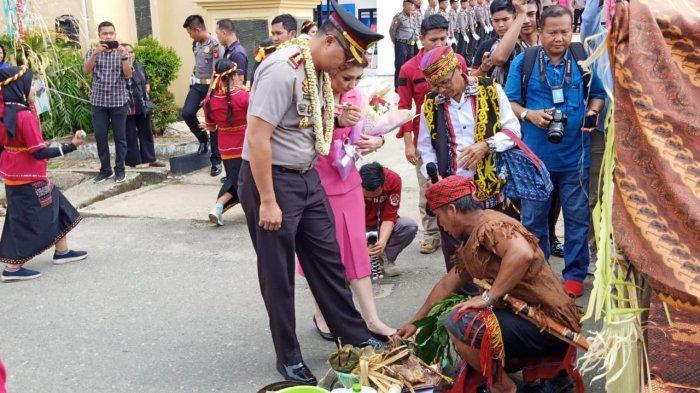 Jabat Kapolres Kubar, AKBP Roy Satya Putra  Disambut Upacara Adat dan Tepung Tawar