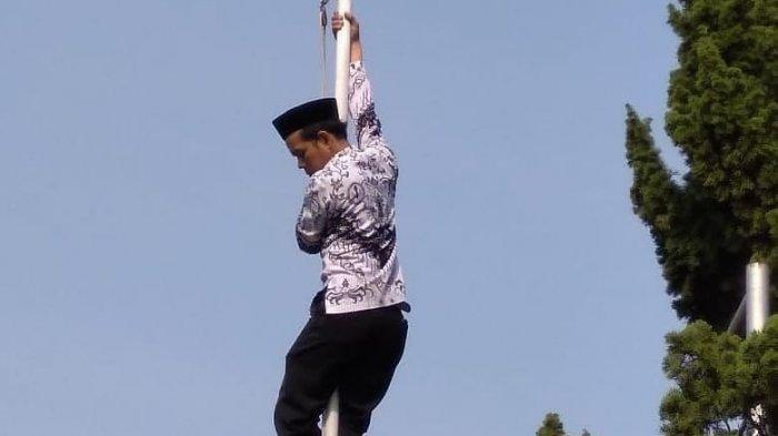 Viral, Aksi Nekat Guru Panjat Tiang Bendera di Depok Saat Upacara Hari Guru, Ini Alasannya