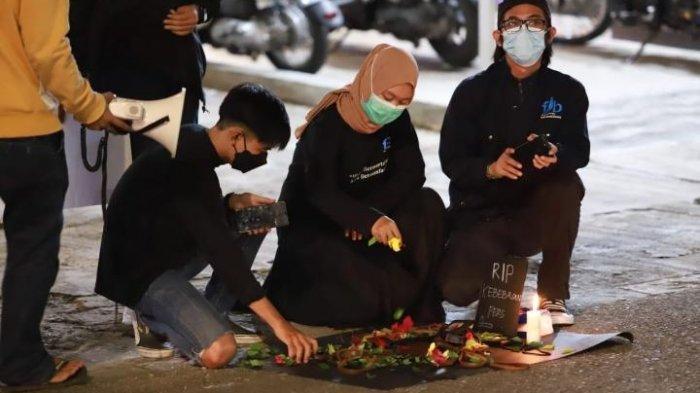 Aksi solidaritas di Simpang Jalan Bontang Baru yang dilakukan sejumlah jurnalis di Kota Bontang, Kamis (8/4/2021) malam.TRIBUNKALTIM.CO, ISMAIL USMAN