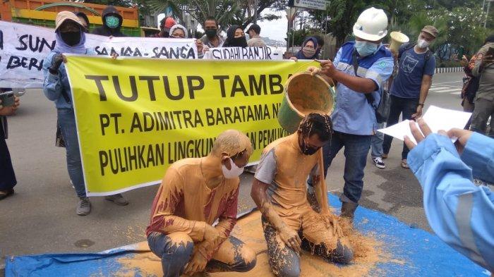 Aksi Mandi Lumpur Depan Kantor Gubernur Kaltim, Peserta Demo: Setiap Hari Lumpur Ada Saat Hujan