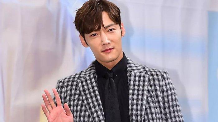 Choi Jin Hyuk Malu dan Menyesal Melanggar Prokes Covid-19 hingga Mundur dari My Little Old Boy