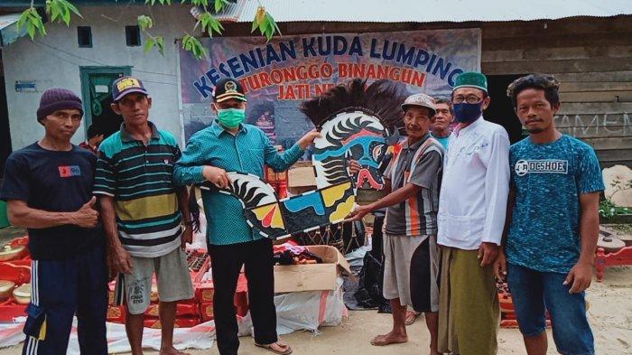 Lestarikan Budaya Tradisional di Rantau Pulung, Ketua DPRD Kutim Bantu Alat Kesenian Kuda Lumping