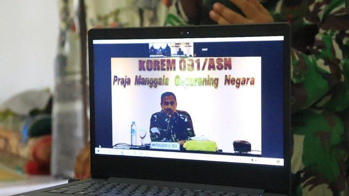 Pangdam Mayjen TNI Heri Wiranto saat melaksanakan anjangsana kepada warakawuri di wilayah Kota Balikpapan melalui video conference.