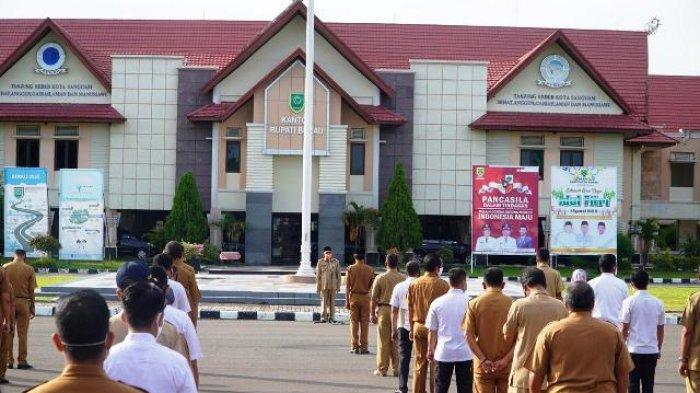 Setelah Dua Bulan WFH, Para Pegawai Ikuti Apel Gabungan Dipimpin Bupati Muharram