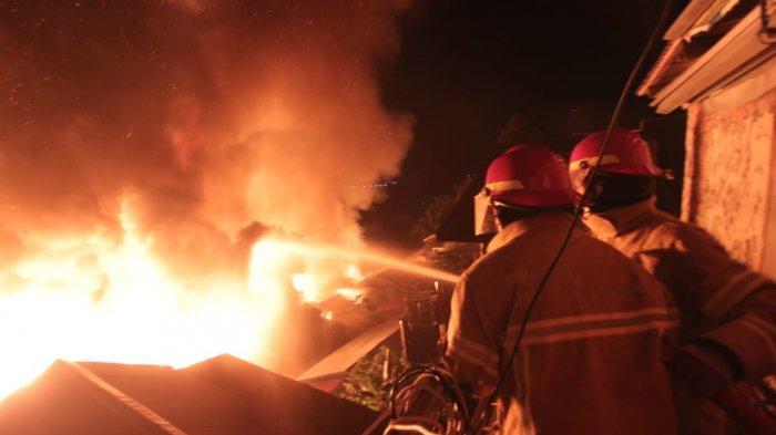 Kebakaran di Kelurahan Baru Ulu, Cuaca Hujan Deras namun Api tak Kunjung Padam