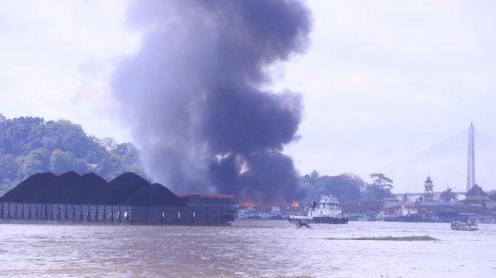 BREAKING NEWSKawasan Padat Tepi Sungai Mahakam Samarinda Terbakar