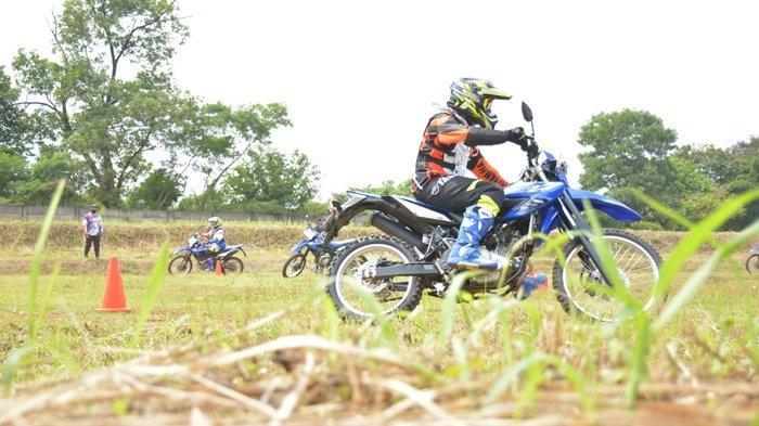 Asah skill riding offroad sambil seru-seruan menggunakan motor sport WR 155 R pada kegiatan Media Offroad School Experience di wilayah Bogor, Rabu 10 Maret 2021.