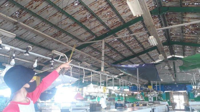 Atap Penjual Ikan di Pasar Induk Sangatta Utara Rusak Parah, Bupati Kutim Minta CSR Turun Tangan