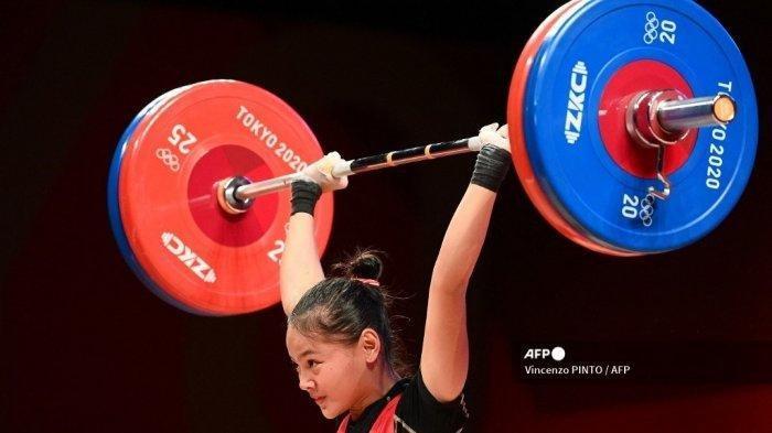 Atlet Indonesia Windy Cantika Aisah bertanding dalam cabang olahraga angkat besi 49kg putri Olimpiade Tokyo 2020 di Tokyo International Forum di Tokyo, 24 Juli 2021. Profil Windy Cantika Aisah lifter wanita Indonesia yang sumbang medali perdana bagi Tim Merah Putih di Olimpiade Tokyo 2021.