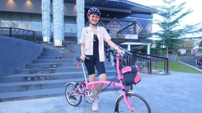 Senang Gowes, Gadis Cantik Aura Karenina Lesmana Pilih Mountain Bike Ketimbang Sepeda Lipat Brompton