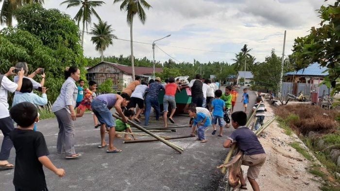 TRIBUN WIKI Punya Kode Panggilan Khusus, Tradisi Sorong Perahu Teluk Semanting, Berkah Gotong Royong