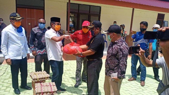 Bupati Abdul Gafur Masud Beri Bantuan Sembako Gratis Secara Simbolis ke Warga Kelurahan Penajam