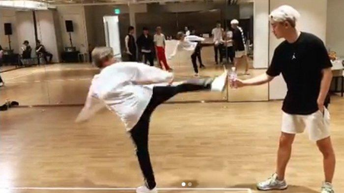 Baekhyun EXO Bikin Ulah Setelah Coba Bottle Cap Challenge, Member Lain Kena Imbasnya