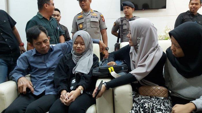 Suasana Bahagia Sambut 5 Mahasiswi Hubei Asal Kalimantan Timur di Bandara Sepinggan Balikpapan