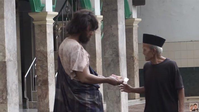 Sempat Curigai Baim Wong Maling, Kakek Penjaga Masjid Ini Justru Dihadiahi Umroh ke Tanah Suci