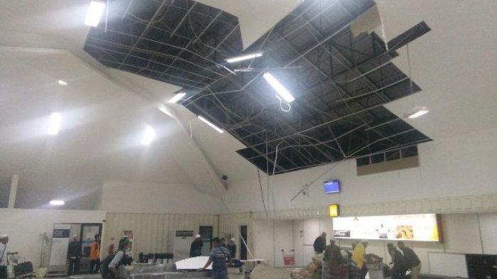 Angin Kencang Akibatkan Baliho dan Plafon Jatuh, Petugas Bandara Lakukan Perbaikan Segera