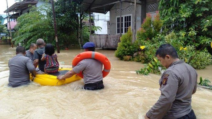 Polisi Evakuasi Anak dan Lansia Pakai Kano di Kawasan Rawan Banjir Balikpapan