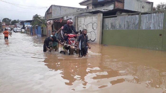 BANJIR JAKARTA - Banjir setinggi satu meter lebih merendam Perumahan Pondok Maharta, Kelurahan Pondok Kacang Timur, Pondok Aren, Tangerang Selatan (Tangsel), Sabtu (20/2/2021).