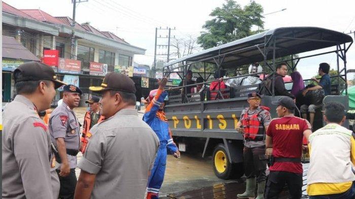 Banjir Genangi Jalan Menuju Bandara APT Pranoto Calon Penumpang Diangkut Pakai Truk Polisi