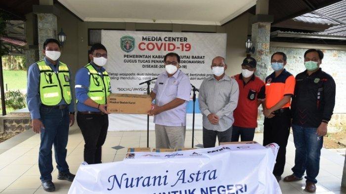 Turut Bersama Mengatasi Covid-19, Manajemen UT Serahkan Bantuan ke Pemkab Kubar