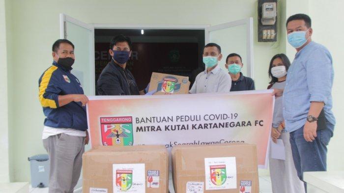 Dukung Tim Medis Lawan Pandemi Covid-19, Manajemen Mitra Kukar Berikan Bantuan