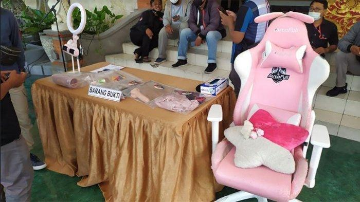 Barang-barang yang diamankan polisi. Jajaran Polresta Denpasar merilis kasus asusila melalui aplikasi mango live dengan menghadirkan tersangka inisial RR beserta barang bukti di Mapolresta Denpasar, Senin 20 September 2021.