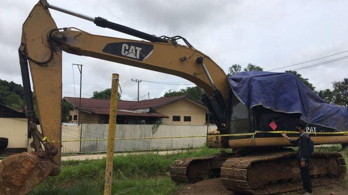 Barang bukti Excavator CAT type 320 D yang telah diamankan di Mapolsek Loa Kulu. TRIBUNKALTIM.CO/ARIS JONI