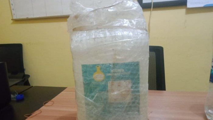 Barang bukti hand sanitizer yang dicampurkan dengan air dan diakui sebagai ciu, sejenis minuman keras asal Jawa Tengah. HO/POLRES BERAU