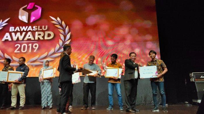 Menkopolhukam Mahfud MD Hadiri Bawaslu Award, Tribun Kaltim Sabet Juara Satu Karya Jurnalistik
