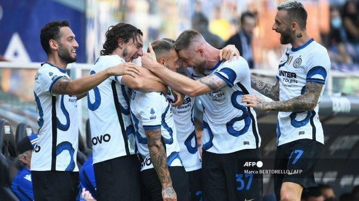 Bek Inter Milan Italia Federico Dimarco (tengah) merayakan dengan rekan setimnya setelah mencetak gol pembuka selama pertandingan sepak bola Serie A Italia antara Sampdoria dan Inter Milan di Stadion Luigi Ferraris di Genoa pada 12 September 2021.