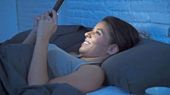 STOP Kebiasaan Buruk Main HP Sebelum Tidur, Ini Bahayanya Bagi Kesehatan Tubuh, Bisa Merusak Retina