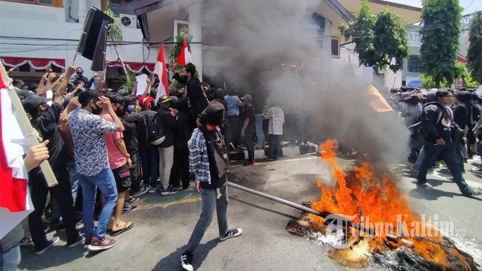 Demonstran dari gabungan organisasi mahasiswa membakar ban di depan Kantor DPRD Balikpapan, Kamis (8/10/2020), saat menyampaikan aspirasi menolak pengesahan Omnibus Law UU Cipta Kerja. TRIBUNKALTIM.CO/DWI ARDIANTO