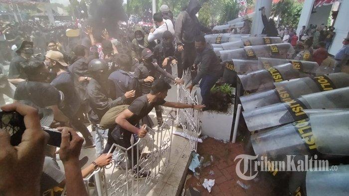 Demo menolak pengesahan Omnibus Law UU Cipta Kerja yang berlangsung ricuh di depan Kantor DPRD Balikpapan, Kamis (8/10/2020). TRIBUNKALTIM.CO/DWI ARDIANTO