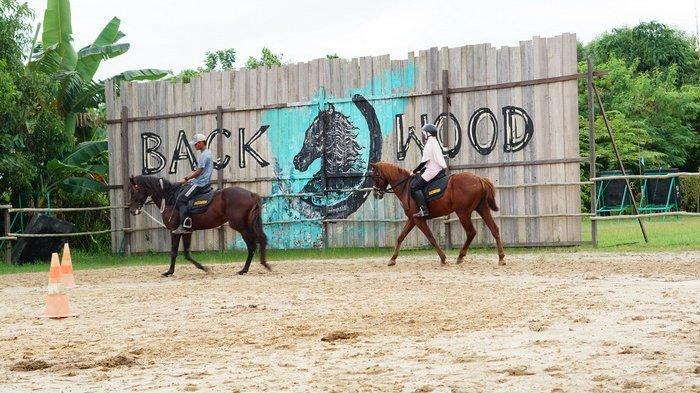 Asyiknya berkuda di Backwood Horse Riding, Balikpapan Selatan, Kalimantan Timur.