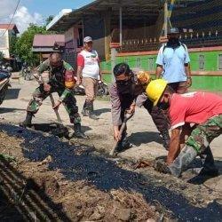 Lingkungan yang dibersihkan oleh Unsur TNI-Polri dan Kelurahan di kawasan Kelurahan Simpang Tiga, Kecamatan Loa Janan Ilir, Kota Samarinda, Kaltim. TRIBUNKALTIM.CO/ MOHAMMAD FAIROUSSANIY